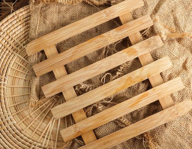 Tappetino riscaldante in legno con spazio testo vuoto.