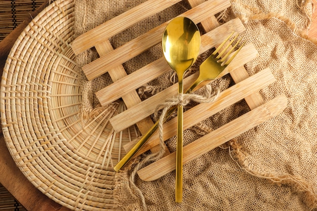 Rilievo di riscaldamento di legno con il cucchiaio e la forchetta con spazio in bianco per testo