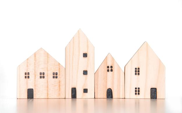 Modello di casa in legno e villaggio domestico su sfondo bianco isolato per la famiglia