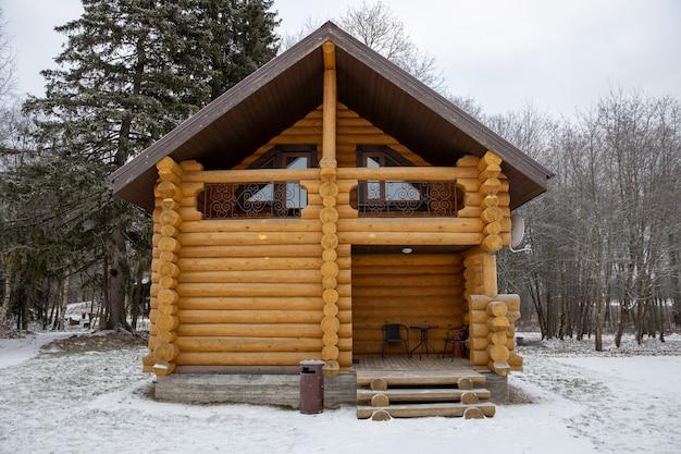 Casa in legno di legno in natura in inverno