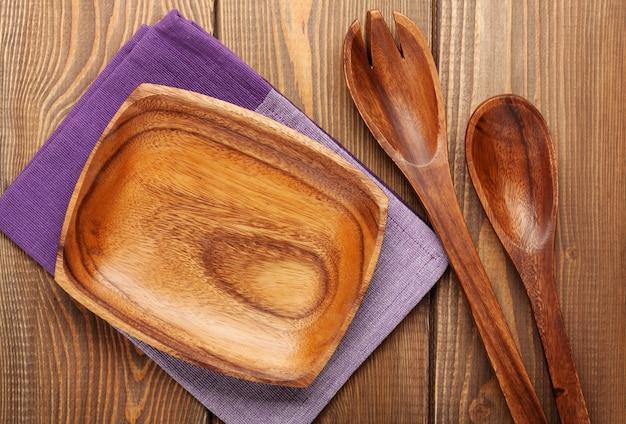 Utensili da cucina in legno su sfondo tavolo in legno con spazio copia