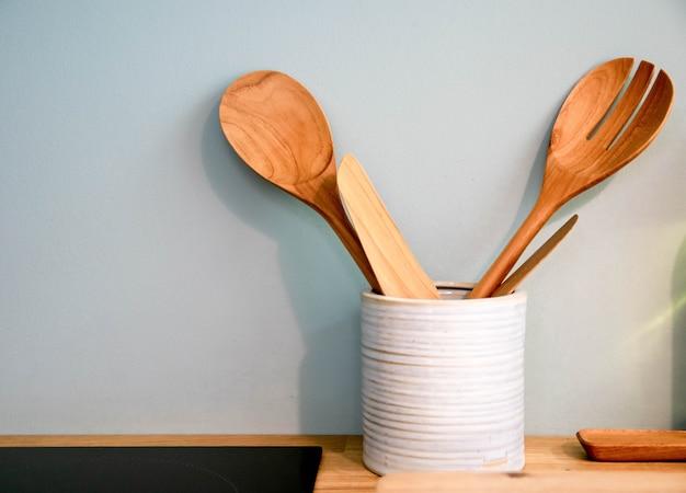 Mestolo di legno e gente di legno in cucina