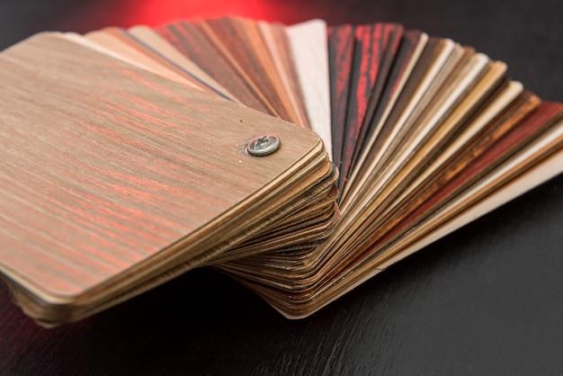 Campionatore di materiale in legno come pattenr o texture per la decorazione di interni casa isolata sul nero. scelta del legno duro