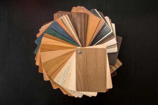 Campionatore di materiale di legno come pattenr o texture per la decorazione di design interni casa isolata sul nero. scelta del legno duro