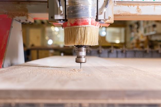 Legno, metallo, concetto di produzione: lo strumento di taglio, focus sul processo di taglio.