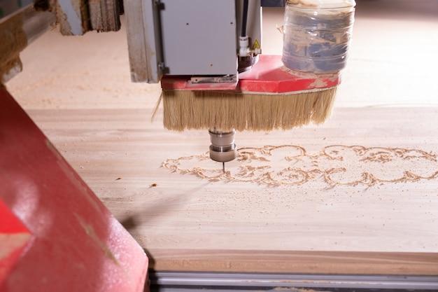 Legno, metallo, concetto di produzione: lo strumento da taglio, focus sul processo di taglio. Foto Premium