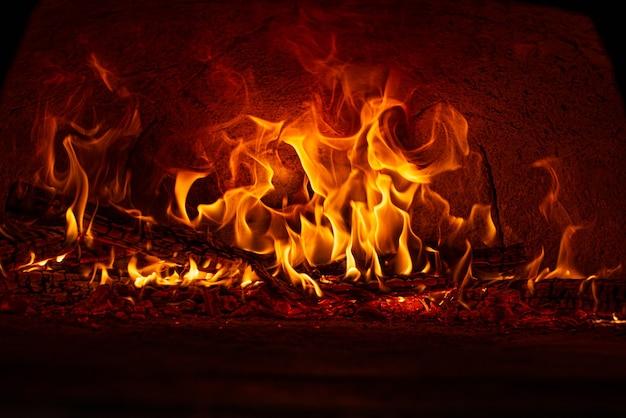 Forno a legna, essendo preparato a fuoco vivo per cuocere le pizze di una pizzeria