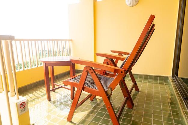 Decorazione della sedia del patio in legno sul balcone