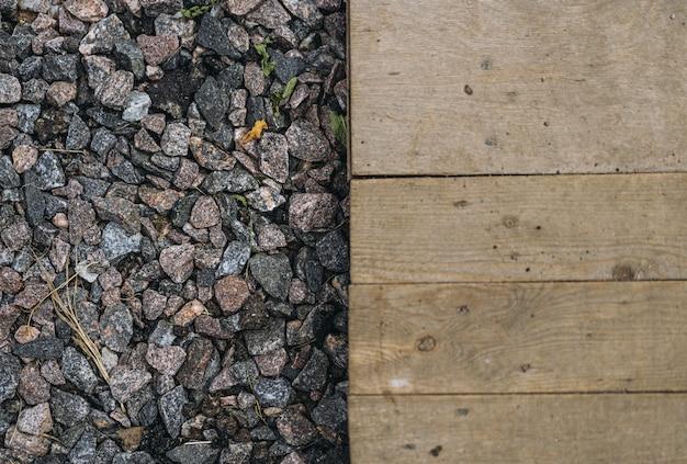 Plancia di legno e materiale di superficie del paesaggio di ghiaia