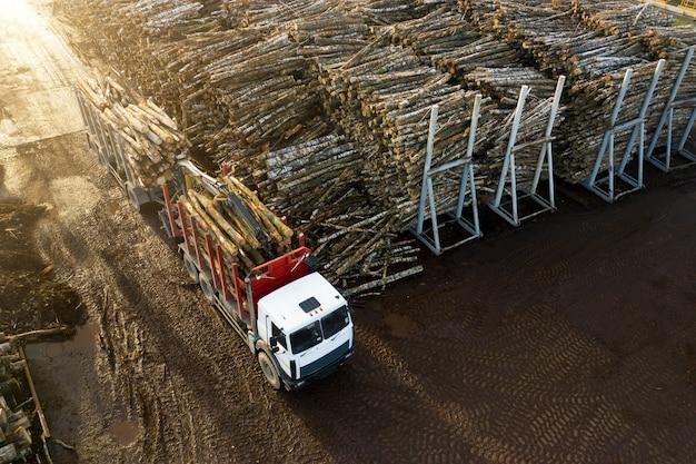 Fabbrica di lavorazione del legno, veduta aerea.