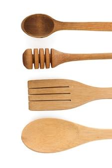 Cucchiaio di legno e utensili di bastone isolati su sfondo bianco