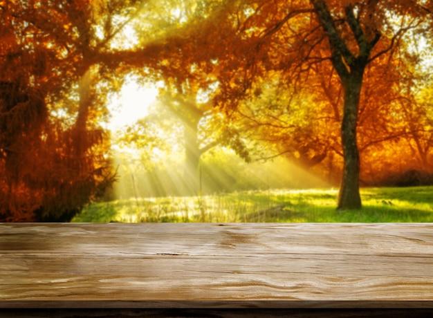 Tavolo in legno nel paesaggio autunnale con copia spazio vuoto per il mockup di visualizzazione del prodotto.