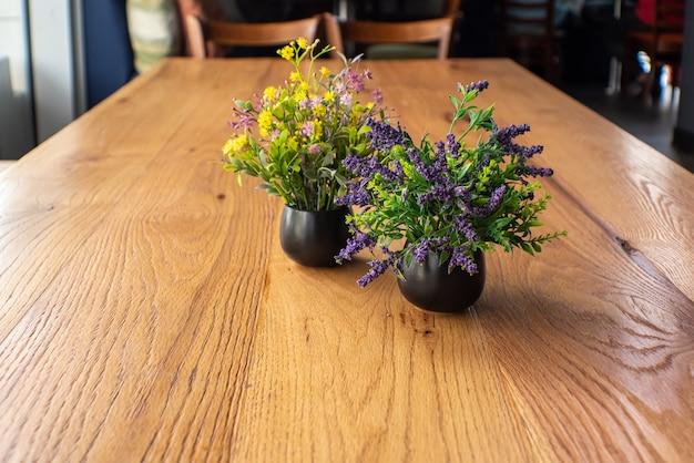 Tavolo in legno su sfocatura del bar caffetteria caffetteria
