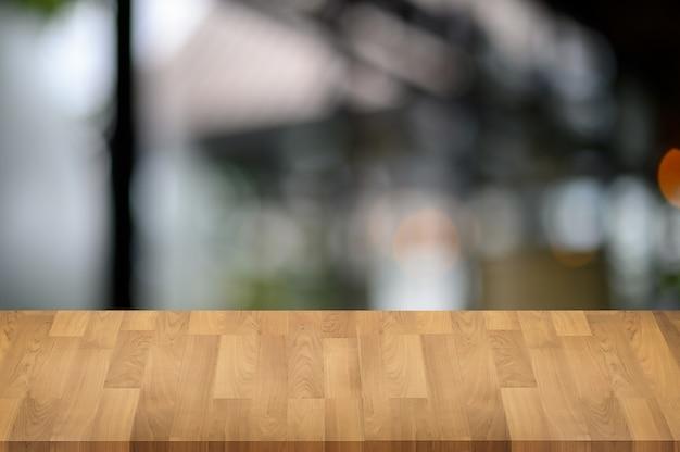 Tavolo in legno sulla natura bokeh