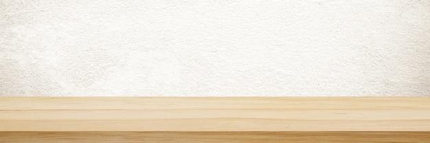 Tavolo in legno e sfondo muro marrone