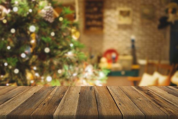 Tavolo in legno sopra l'albero di natale con decorazioni