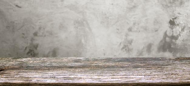 Visualizzazione della tabella di legno su sfocatura texture di vecchio cemento grigio