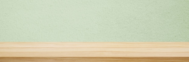 Tavolo in legno e sfondo muro verde in cucina scaffale in legno per esposizione di alimenti e prodotti
