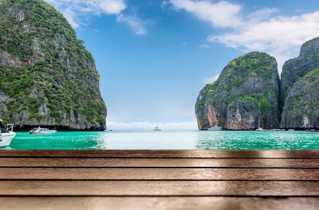 Piano del tavolo in legno sul bellissimo mare sullo sfondo della baia di maya