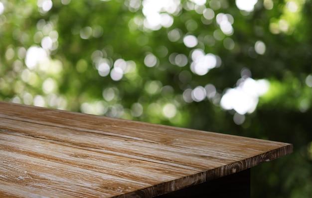 Piano del tavolo in legno in interni della stanza di sfondo sfocato con spazio vuoto della copia.