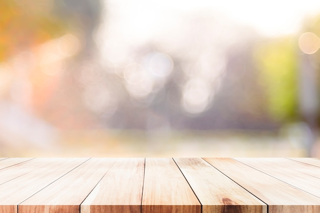 Piano d'appoggio di legno sul fondo dell'estratto del bokeh. Foto Premium