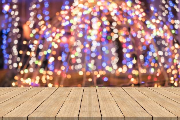 Tavolo in legno su sfondo sfocato colorato