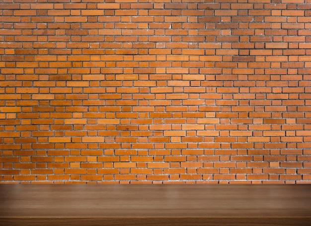 Piano d'appoggio in legno e muro di mattoni rossi su sfondo