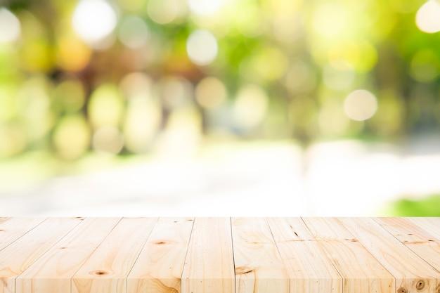 Piano d'appoggio di legno sul fondo verde della natura
