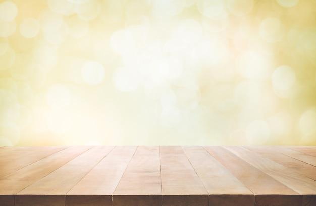 Piano del tavolo in legno su sfondo bianco per creare l'esposizione del prodotto