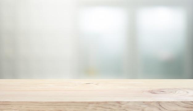 Piano tavolo in legno su sfondo di vetro muro bianco.per la visualizzazione del prodotto di montaggio o il layout visivo chiave di progettazione