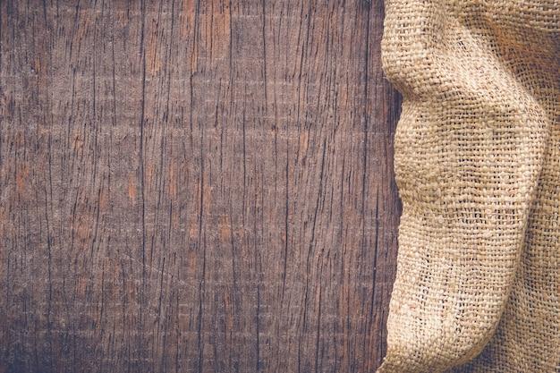 Tavolo in legno con texture di tovaglia vecchia tela di sacco