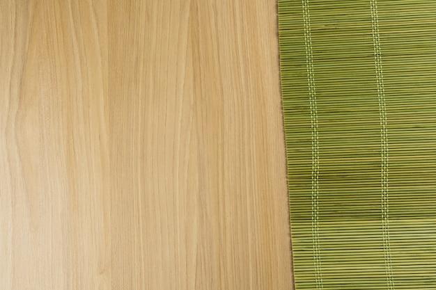Struttura di legno. legno rustico con stuoia di bambù verde. vista dall'alto.