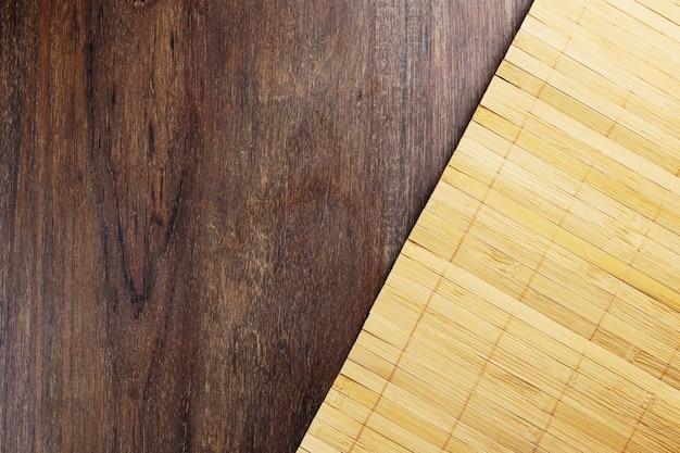 Struttura di legno. legno rustico con un tappetino di bacchette in legno chiaro. vista dall'alto.