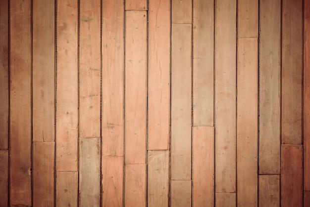 Struttura in legno con sfondo naturale