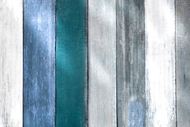 Struttura in legno con motivi naturali. tono blu