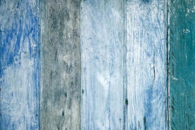 Struttura in legno con motivi naturali. ฺtono blu