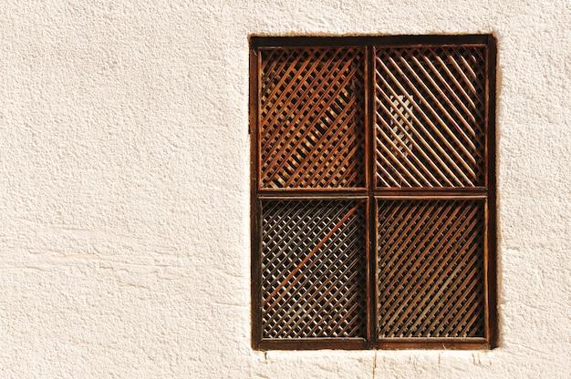 Finestra di legno sul muro di cemento