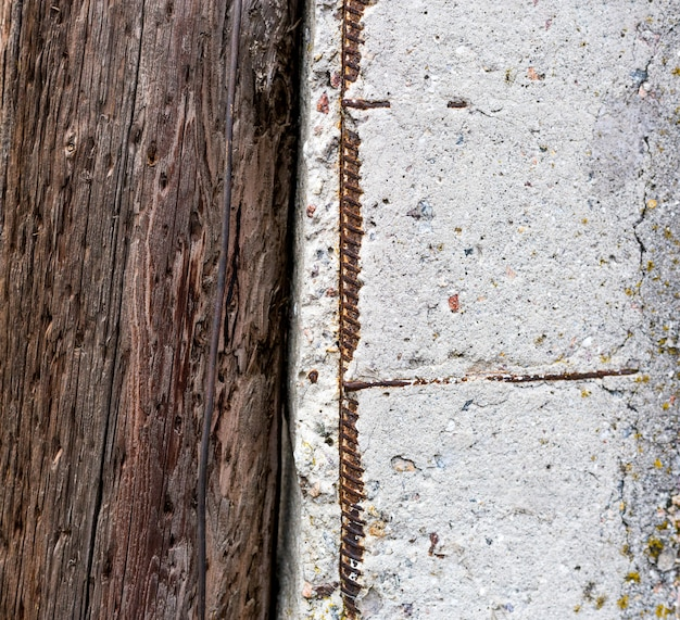Legno con struttura concreta, piatto disteso, vecchio sfondo arrugginito