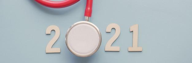 Numero 2021 in legno con stetoscopio rosso