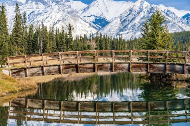 Arco in legno passerella nel parco di stagni a cascata in autunno parco nazionale di banff montagne rocciose canadesi