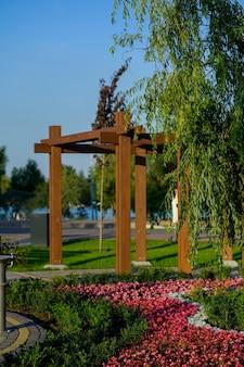 Arco in legno in giardino con fiori e piante