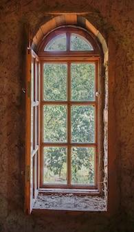 Finestra ad arco in legno