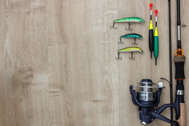 Fondo in legno con attrezzatura da pesca