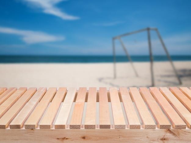 Balcone in legno con sfondo sportivo all'aperto