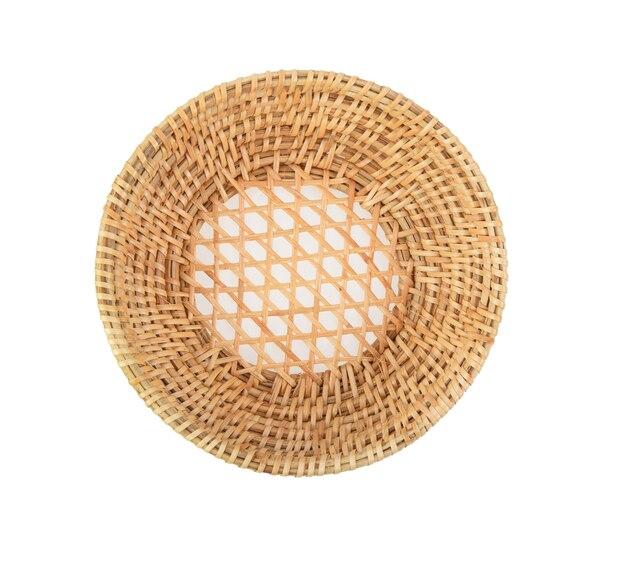 Cestino di bambù di legno su bianco
