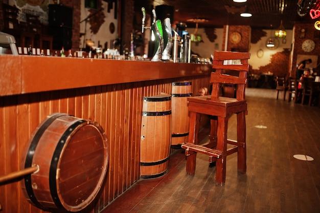 Barile di legno e sedia nel bancone del bar del pub.