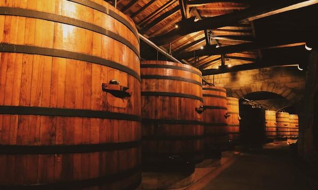 Botti di legno per l'affinamento del vino in cantina