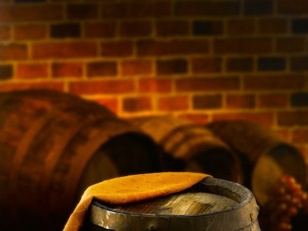 Botti di legno in una cantina di degustazione di vini