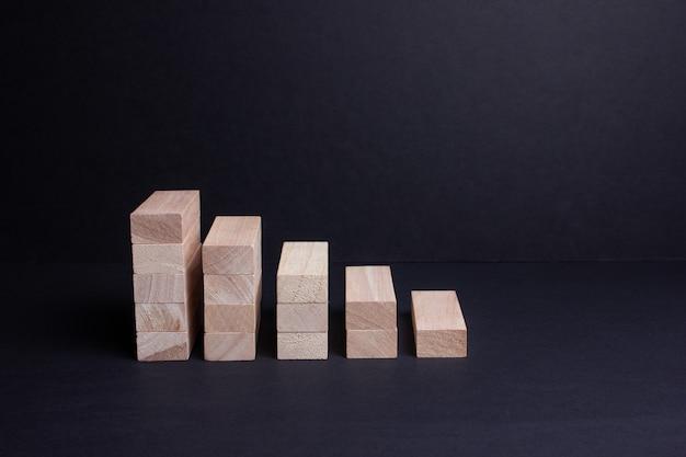 Barre di legno su uno sfondo scuro. l'ascesa e la caduta della finanza. servizi bancari.