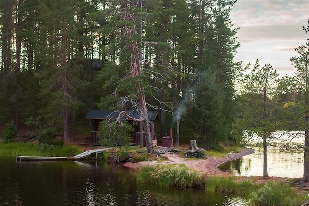 Bagno in legno sull'isola nella foresta al tramonto